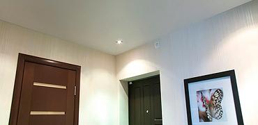 Матовый натяжной потолок в коридоре