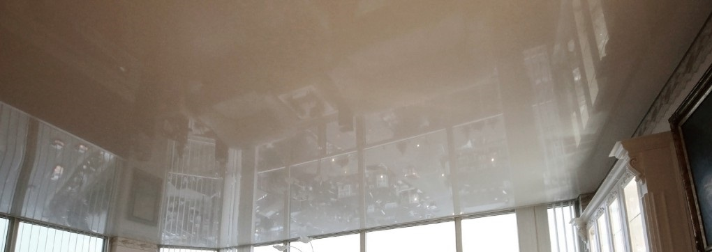 Глянцевый натяжной потолок для лоджии и балкона