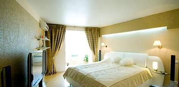 Сатиновый натяжной потолок в спальной